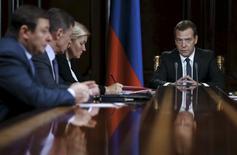 Премьер-министр России Дмитрий Медведев на совещании с членами правительства в подмосковных Горках 21 декабря 2015 года. Россия приготовится к худшему сценарию, сокращая расходы и обратившись к приватизации государственных активов, в случае продолжения падения цен на нефть, сказал премьер-министр Дмитрий Медведев. REUTERS/Dmitry Astakhov/Sputnik/Pool
