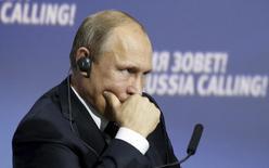 Президент России Владимир Путин на форуме ВТБ Капитал в Москве 13 октября 2015 года. Российское правительство призывает готовиться к худшему варианту развития событий и планирует секвестр бюджета, чтобы привести его в соответствие с реальностью. REUTERS/Sergei Karpukhin