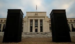"""L'économie américaine a continué d'afficher des signaux mitigés entre la fin novembre et le début du mois de janvier, la poursuite de l'amélioration de l'emploi et de la consommation étant en partie occultée par les effets défavorables de l'appréciation du dollar et de la baisse des prix de l'énergie, selon le """"livre beige"""" de la Réserve fédérale. /Photo d'archives/REUTERS/Kevin Lamarque"""