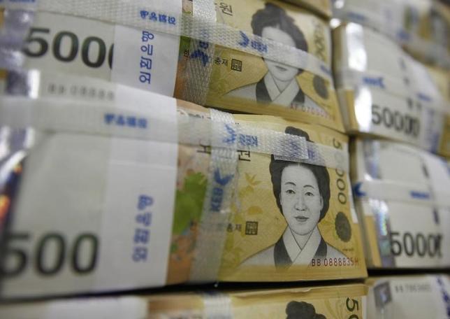 1月14日、日韓通貨スワップが再開される可能性が高まっている。従軍慰安婦問題の和解など両国関係が改善しつつあり、韓国側から要請があれば日本側は即座に再開に応じる姿勢だ。写真はソウルで2010年10月撮影(2016年 ロイター/Lee Jae Won)