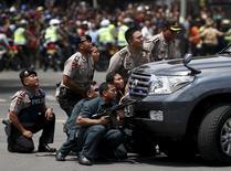 """Сотрудники полиции на месте взрыва в Джакарте 14 января 2016 года. По меньшей мере шесть человек погибли в результате взрывов и стрельбы в центре столицы Индонезии Джакарты, последовавших вслед за угрозами джихадистов """"Исламского государства"""" обратить внимание на популярную среди туристов страну на юго-востоке Азии. REUTERS/Darren Whiteside"""
