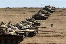 """Танки турецкой армии занимают позиции на границе с Сирией 6 октября 2014 года. Турецкие наземные войска нанесли около 500 ударов по целям """"Исламского государства"""" в Сирии и Ираке, уничтожив почти 200 боевиков, что Турция назвала ответом на взрыв, устроенный смертником в Стамбуле. REUTERS/Umit Bektas"""