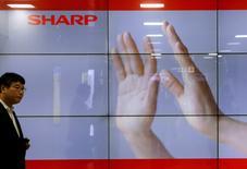 Экран с логотипом Sharp в Токио. 30 октября 2015 года. Тайваньская компания Hon Hai Precision Industry собирается предложить инвестировать около 700 миллиардов иен ($5,9 миллиарда) в японского производителя электроники Sharp, сообщило ежедневное издание Yomiuri. REUTERS/Toru Hanai
