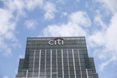 El logo de Citigroup en una de sus oficinas en Canary Wharf, en Londres. 19 de mayo de 2015. Citigroup Inc, el tercer banco más grande de Estados Unidos por activos, reportó un fuerte incremento en sus ganancias trimestrales debido a una caída en los costos interanuales, cuando el banco asumió un cargo de 3.500 millones de dólares por temas legales y de reposicionamiento. REUTERS/Suzanne Plunkett