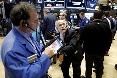 Operadores trabajando en la Bolsa de Nueva York, 15 de enero de 2016. Las acciones de Estados Unidos caían con fuerza el viernes y el índice Nasdaq tocó su nivel más bajo desde el 24 de agosto, mientras que el promedio industrial Dow Jones se desplomó casi 400 puntos debido a que los precios del petróleo bajaron de los 30 dólares por barril. REUTERS/Brendan McDermid