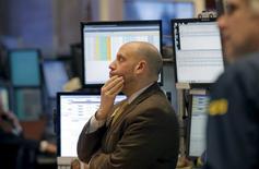 Los precios del petróleo se derrumbaban el viernes más de un 6 por ciento a menos de 29 dólares por barril, tras nuevas caídas en los mercados bursátiles chinos y la perspectiva de un inminente incremento de las exportaciones de crudo de Irán que profundizaba el temor a un prolongado exceso de suministro. Operradores de la bolsa de Nueva York miran las pantallas tras la apertura de sesión del 15 de enero de 2016. REUTERS/Brendan McDermid