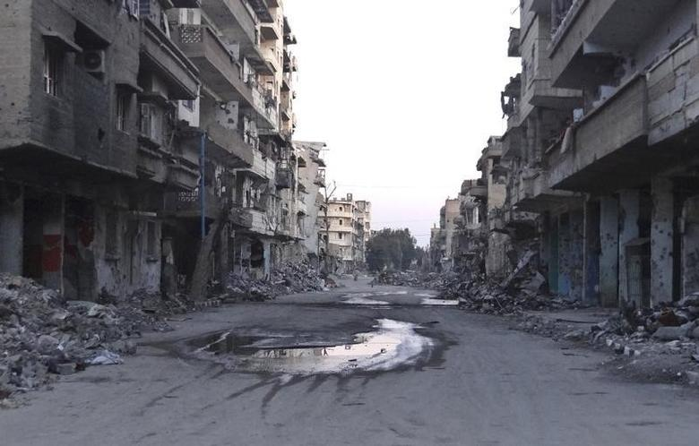 A general view shows a deserted street filled with debris of damaged buildings in Deir al-Zor March 5, 2014. Picture taken March 5, 2014. REUTERS/Stringer
