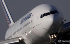 """Air France-KLM est l'une des valeurs à suivre lundi à la Bourse de Paris. La compagnie aérienne française a annoncé vendredi que sa flotte long-courrier rattraperait en 2019 son niveau de 2014, refermant la parenthèse de son """"plan B"""" de l'automne dernier qui prévoyait au contraire un recul de son activité. /Photo prise le 27 octobre 2015/REUTERS/Christian Hartmann"""