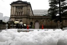 Personas caminan frente al edificio del Banco de Japón, en Tokio, Japón. 18 de enero de 2016. El Banco de Japón manifestó el lunes su decepción ante la lentitud con que las empresas están elevando los salarios, pese a un mercado laboral en fortalecimiento, lo que sugiere su disposición para expandir estímulos si la reciente agitación de los mercados retrasa aún más las alzas de compensaciones. REUTERS/Toru Hanai