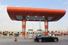 Una gasolinera en Riad, dic 22, 2015. Arabia Saudita aumentó en 355.000 barriles por día sus envíos de crudo en noviembre frente al mes previo, mostraron datos oficiales el lunes, a medida que el mayor exportador mundial de petróleo se mantiene con su estrategia de altos suministros para defender su participación de mercado.  REUTERS/Faisal Al Nasser