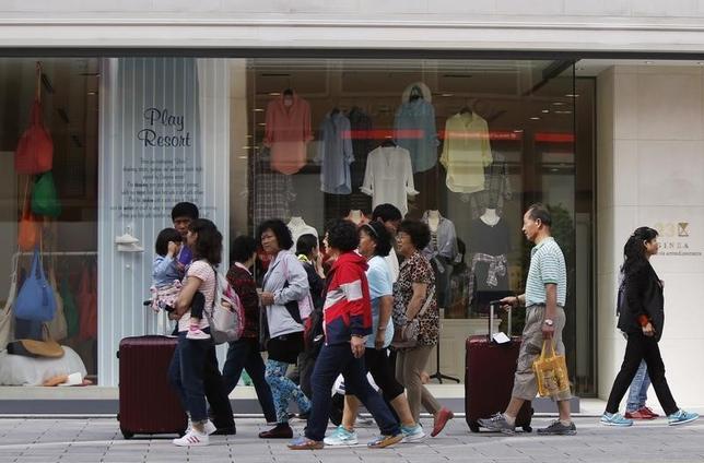 1月19日、中国株や人民元の下落が進んでいるが、中国人観光客は今年1月1日─3日に前年比20%を超える海外旅行関連消費を行ったもようだ。都内で2014年5月撮影(2016年 ロイター/Yuya Shino)