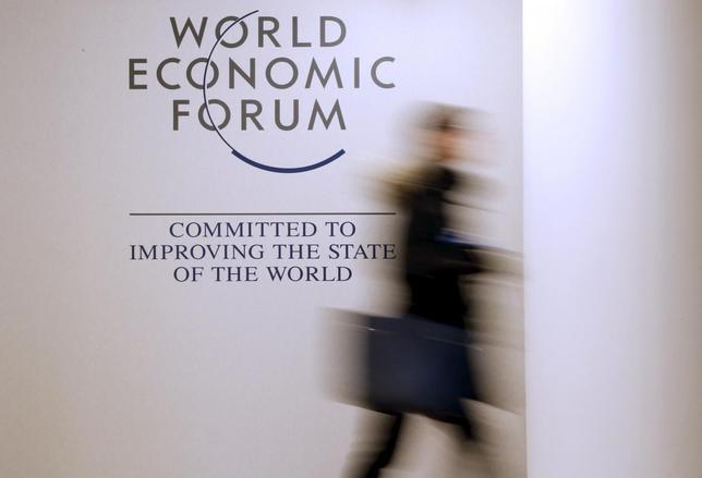 1月19日、世界経済フォーラム(WEF)が発表した分析報告書によると、ロボットや人工知能(AI)の台頭などが労働市場に大きな影響を及ぼすと指摘。写真は、WEFのロゴ。スイスのダボスで18日撮影(2016年 ロイター/Ruben Sprich)