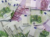España colocó el martes 5.000 millones de euros en deuda a corto plazo, con unos tipos de interés negativos, los más bajos registrados nunca a los plazos ofrecidos. En la imagen, billetes extendidos en una sucursal bancaria en Madrid, 13 de enero de 2011. REUTERS/Andrea Comas