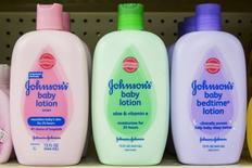 Бутылки лосьона Johnson & Johnson на полке аптеки в Нию-Йорке 15 октября 2015 года. Компания Johnson & Johnson сообщила, что сократит штат сотрудников подразделения медицинского оборудования на 4-6 процентов в ближайшие два года в рамках реструктуризации подразделения.  REUTERS/Lucas Jackson