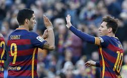 Suárez (esquerda) e Messi em partida contra Granada, no Camp Nou 9/1/2016  REUTERS/Albert Gea