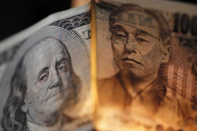 1月20日、NY市場でドルが対円で1年ぶり安値を更新した。写真は円とドル紙幣。都内で2010年9月撮影(2016年 ロイター/Yuriko Nakao)