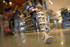 """Un robot a control remoto BB-8 en una venta nocturna en Nueva York, sep 4, 2015. Los juguetes de la franquicia cinematográfica """"La Guerra de las Galaxias"""" generó más de 700 millones de dólares en ventas en Estados Unidos en el 2015, convirtiéndolos en """"la propiedad número uno"""" de la industria durante el año, dijo un grupo de investigación de la industria minorista. REUTERS/Carlo Allegri"""