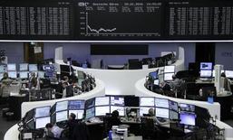 Las bolsas europeas avanzaban la mañana del jueves, tras caer durante la víspera debido a una caída de los precios de las materias primas, con fuertes ganancias de Pearson y Logitech que daban impulso a los mercados. En la imagen, una panorámica del parqué de la bolsa de Fráncfort, en Alemania, el 20 de enero de 2016REUTERS/Staff/Remote