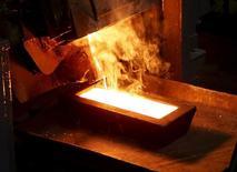 Слиток золота отливается на перерабатывающей фабрике Полюса Золото в Красноярском крае. 30 июня 2015 года. Гендиректор одного из крупнейших игроков на рынке драгметаллов СНГ Полиметалла сказал Рейтер в четверг, что компания ждет спада производства золота в мире и России в этом году после прохождения пика в прошлом году. REUTERS/Ilya Naymushin