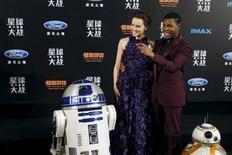 """Los miembros del reparto de """"Star Wars: El Despertar de la Fuerza"""", Daisy Ridley y John Boyega, posan para una fotografía con los personajes """"R2-D2"""" (izquierda) y """"BB-8"""" (derecha), en el estreno de la película en Shanghái, China, 27 de diciembre de 2015. El estudio Walt Disney dijo el miércoles que pospuso el estreno de """"La Guerra de las Galaxias: Episodio VIII"""" para el 15 de diciembre del 2017, desde mayo como estaba originalmente previsto REUTERS/Aly Song"""