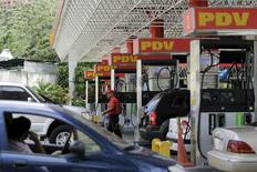 Una gasolinera de PDVSA en Caracas, oct, 28, 2015. Una baja más aguda de los precios de petróleo ha puesto a varios países de Sudamérica en la difícil posición de vender su crudo por menos de lo que les cuesta producirlo, según operadores y fuentes de tres compañías en Colombia y Venezuela.  REUTERS/Marco Bello