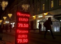 Le rouble a touché jeudi de nouveaux plus bas historiques pour la deuxième journée consécutive, ajoutant aux difficultés de l'économie russe déjà affaiblie par la chute des cours du pétrole et les sanctions occidentales imposées après le conflit en Ukraine. La devise russe a enfoncé pour la première fois le seuil des 83 pour un dollar et reculé jusqu'à 86, sa plus forte baisse en une séance depuis près d'un an. /Photo prise le 29 décembre 2015/REUTERS/Maxim Zmeyev