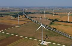 Le secteur de l'énergie éolienne en France prévoit une croissance vigoureuse en 2016 grâce aux effets de la dérégulation du marché. L'implantation de nouvelles installations a été freinée pendant des années par la loi exigeant la présence d'au moins cinq turbines par ferme éolienne, estime l'association du secteur France Energie Eolienne (FEE). Cette loi a été supprimée en 2014. /Photo d'archives/REUTERS/Laszlo Balogh