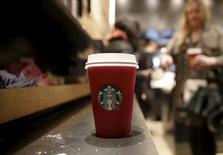 Los resultados de Starbucks Corp para el trimestre actual no cumplieron las estimaciones de los analistas, y la compañía anunció un crecimiento de ventas menor al esperado en cafeterías  ya establecidas de su división Asia-Pacífico. Un vaso grande de Starbucks en una cafetería de la cadena en Nueva York el 10 de noviembre de 2015. REUTERS/Brendan McDermid