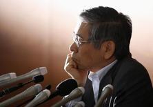 Глава Банка Японии Харухико Курода на пресс-конференции в Токио. 21 мая 2014 года. Урон, нанесенный падением цен на нефть и глобальных рынков надеждам Банка Японии на достижение 2-процентной инфляции, может заставить чиновников рассмотреть новое смягчение монетарной политики на следующей неделе, сообщили источники, знакомые с ситуацией. REUTERS/Toru Hanai