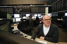Трейдеры на фондовой бирже во Франкфурте-на-Майне. 21 января 2016 года. Европейские фондовые рынки открылись резким повышением в пятницу, продолжив рост предыдущей сессии в связи с намёками ЕЦБ на возможность пересмотра денежно-кредитной политики, тогда как восстановление цен на сырьё подняло акции энергетических и горнодобывающих компаний. REUTERS/Kai Pfaffenbach