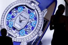 Le suisse Richemont a racheté les 40% du capital de l'horloger haut de gamme Roger Dubuis qu'il ne détenait pas encore dans un contexte de contraction du marché des montres. Cette opération pourrait être le prélude à un mouvement plus général de rachats des petits acteurs du secteur par leurs concurrents de plus grande taille. /Photo prise le 18 janvier 2016/REUTERS/Pierre Albouy