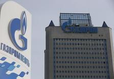 """АЗС Газпромнефти у центрального офиса Газпрома в Москве. 24 февраля 2015 года. Газпром выразил """"крайнее удивление"""" решением антимонопольного комитета Украины о штрафе на сумму около $3,5 миллиарда и считает, что такой шаг Киева """"не может рассматриваться ни в каком ином качестве, кроме попытки оказать давление на Газпром"""". REUTERS/Maxim Zmeyev"""