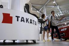 Les autorités américaines ont annoncé vendredi le rappel d'environ cinq millions de véhicules équipés d'airbags du groupe japonais Takata, susceptibles d'être défectueux et impliqués dans la mort de 10 personnes. Ce nouveau rappel s'ajoute à ceux de plus de 19 millions de véhicules de 12 constructeurs différents. /Photo prise le 6 novembre 2015/REUTERS/Toru Hanai