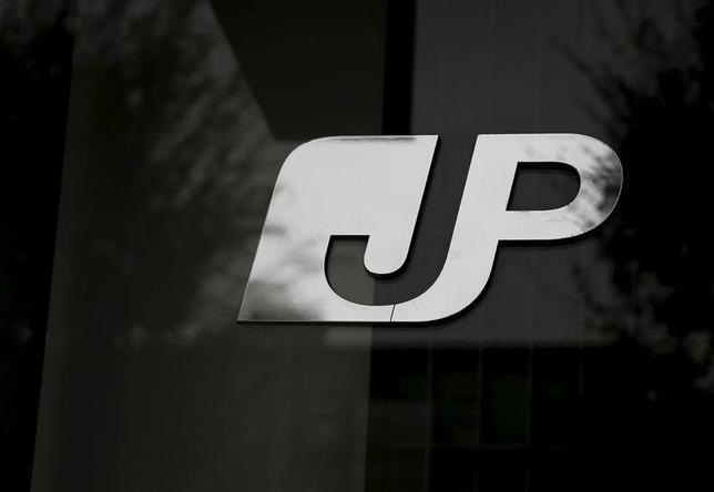 1月25日、金融庁と総務省は、ゆうちょ銀行の貯金限度額とかんぽ生命保険の加入限度額を引き上げるための政令改正案を公表した。26日から2月24日まで一般から意見を募集する。 写真は都内で昨年11月撮影。(2016年 ロイター/Toru Hanai )