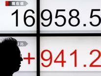 Un hombre camina junto a una pantalla que muestra el índice Nikkei de Japón, afuera de una correduría en Tokio, Japón. 22 de enero de 2016. Las acciones japonesas subieron el lunes después de que un fuerte repunte en los precios del crudo apoyó la confianza del mercado mundial, pero los operadores advirtieron que las ganancias podrían ser un rebote temporal y técnico en lugar del comienzo de una recuperación sostenible. REUTERS/Toru Hanai