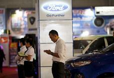 Concessionnaire Ford à Djakarta. Ford Motor a annoncé lundi l'arrêt de ses activités au Japon et en Indonésie cette année faute de perspectives de rentabilité dans ces deux pays, où le constructeur automobile américain a des parts de marché rachitiques. /Photo d'archives/REUTERS/Nyimas Laula