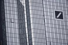 Deutsche Bank recortará drásticamente los bonus de 2015 debido a que espera una pérdida récord para el año debido a las amortizaciones, los gastos de litigios, costes de reestructuración y a unas condiciones comerciales complicadas,  dijeron tres personas conocedoras del asunto. En la imagen se ve parte de la fachada de la sede de Deutsche Bank en Fráncfort el 29 de octubre de 2015. REUTERS/Kai Pfaffenbach