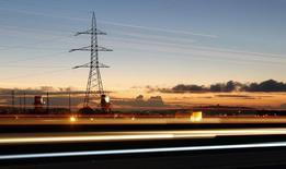 Unos cables de alta tensión junto a una autopista en Puchuncaví, sep 5, 2014. La eléctrica chilena E-CL dijo el lunes que selló la venta del 50 por ciento de su unidad Transmisora Eléctrica del Norte (TEN) a la española Red Eléctrica, luego de la autorización de la Comisión Europea, en una operación valorada en 218 millones de dólares.    REUTERS/Eliseo Fernandez