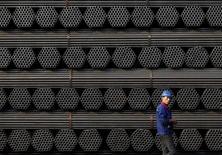 La production mondiale d'acier brut a baissé en 2015 de 2,8% à 1,623 milliard de tonnes, soit son premier repli annuel depuis 2009. En Chine, premier producteur et premier consommateur mondial, la production a reculé de 2,3% à 803,8 millions de tonnes, soit la première baisse en plus de trois décennies. /Photo prise le 3 novembre 2015/REUTERS/Kim Kyung-Hoon