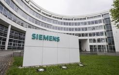 Siemens revoit à la hausse sa prévision de bénéfice par action annuel après un premier trimestre meilleur qu'attendu. Le conglomérat industriel allemand table désormais sur un BPA de 6,00 à 6,40 euros pour l'exercice 2016, entamé le 1er octobre dernier, contre une fourchette de 5,90 à 6,20 euros auparavant. /Photo d'archives/REUTERS/Lukas Barth