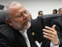 """El ministro de Hidrocarburos de Ecuador, Carlos Pareja Yannuzzelli, en la reunión de ministros de la OPEP en Viena, dic 4, 2015. Ecuador apoya una reunión de emergencia de la Organización de Países Exportadores de Petróleo (OPEP) para poder tomar una """"decisión en conjunto"""" respecto a los precios del crudo, dijo el lunes el ministro de Hidrocarburos, Carlos Pareja Yannuzzelli.   REUTERS/Heinz-Peter Bader"""