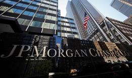 JP Morgan Chase & Co va verser 1,42 milliard de dollars (1,31 milliard d'euros) en liquide pour solder l'essentiel du litige dans lequel elle est accusée d'avoir siphonné des liquidités à Lehman Brothers Holdings dans les derniers jours ayant précédé la faillite spectaculaire de cet établissement./Photo d'archives/REUTERS/Mike Segar