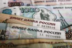 Рублевые купюры в Варшаве 22 января 2016 года. Рубль существенно дешевеет утром вторника на фоне падения нефтяных цен и после уплаты российскими экспортерами НДПИ. REUTERS/Kacper Pempel