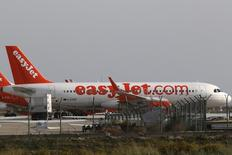Самолеты easyJet в аэропорту Ларнаки. 7 ноября 2015 года. Британский лоукостер easyJet сообщил, что спрос на перелеты снизился из-за опасений о безопасности в последние недели 2015 года, однако восстановление бронирований и цен на билеты должны дать возможность достичь годовых прогнозов. REUTERS/Yiannis Kourtoglou