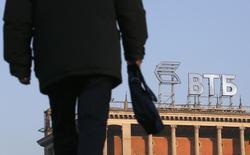 Логотип ВТБ на крыше здания в Москве. 20 ноября 2014 года. Второй по величине российский госбанк ВТБ может в первом квартале 2016 года выкупить с рынка евробонды объемом от $500 миллионов до $1 миллиарда, продолжив направлять на эти цели излишки валютной ликвидности, сказал Рейтер вице-президент ВТБ Дмитрий Алексеев. REUTERS/Maxim Zmeyev