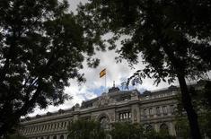 El déficit consolidado del sector público español excluidos los ayuntamientos se situó a finales de noviembre en octubre en 41.806 millones de euros, un 3,87 por ciento del PIB, según datos presentados por el Ministerio de Hacienda el martes. En la foto de archivo, la bandera española ondea sobre el edificio del Banco de España en Madrid el 23 de mayo de 2014. REUTERS/Andrea Comas
