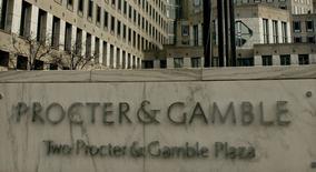 Procter & Gamble a annoncé mardi une hausse de 35% de son bénéfice trimestriel grâce aux mesures de réduction des coûts mises en oeuvre dans le cadre de son plan de recentrage sur ses marques les plus rentables. /Photo d'archives/REUTERS/John Sommers II