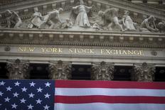La Bourse de New York a débuté en hausse mardi grâce au rebond timide des cours du pétrole. Quelques minutes après le début des échanges, le Dow Jones gagne 0,9%, à 16.027,94. Le Standard & Poor's 500 progresse de 0,7% et le Nasdaq prend 0,42%. /Photo d'archives/REUTERS/Carlo Allegri