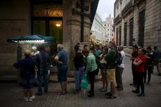 Un grupo de residentes y turistas en La Habana, ene 13, 2016. La industria turística cubana está bajo una presión sin precedentes para satisfacer la demanda récord de visitantes, un año después de la distensión con Estados Unidos que renovó el interés por viajar a la isla caribeña.  REUTERS/Alexandre Meneghini