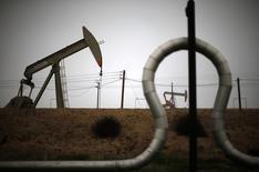 Станки-качалки на нефтяном месторождении в Калифорнии. 17 января 2015 года. Всемирный банк сообщил во вторник, что снизил свой прогноз цен на нефть на $14 до $37 за баррель на фоне перспектив роста предложения и ослабления спроса со стороны развивающихся рынков. REUTERS/Lucy Nicholson